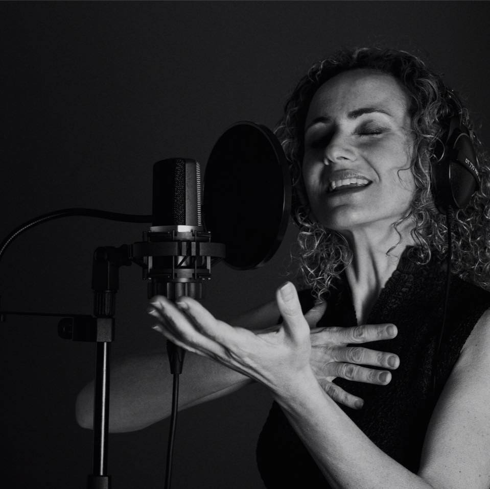 locutora, voice over